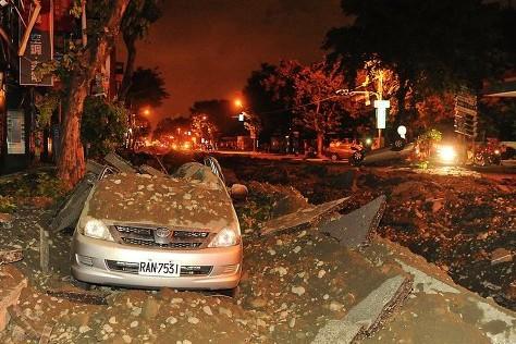 Спасатели обнаружили раненых при взрывах на Тайване на крыше дома
