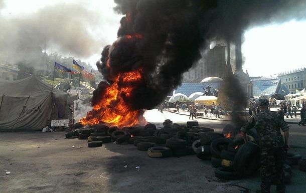 На Крещатике разбирают баррикады, активисты подожгли шины