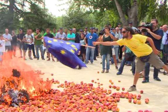 В Испании флаги ЕС сожгли на горе невостребованных персиков