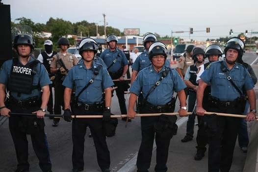 В Фергюсоне полиция назвала имя полицейского, застрелившего подростка