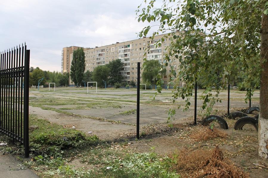 В Ростовской области неизвестные средь бела дня спилили новый школьный забор за 1,5 миллиона рублей