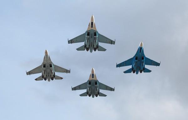 В Сети появились видео со сдувающим людей украинским Су-27