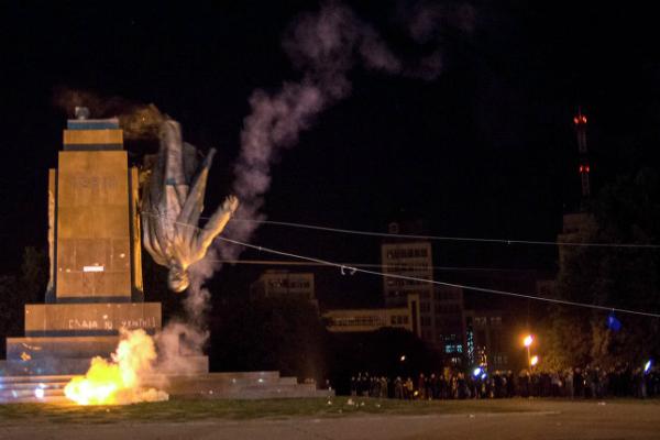 Главу ЛНР и харьковчан возмутил снос памятника Ленину