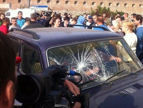 Родные военных устроили массовую драку на заблокированной дороге во Львове
