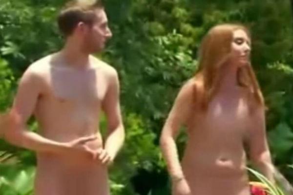 Австралийские мужчины и женщины участвуют в телешоу в чем мать родила