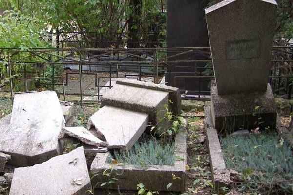 Дети-вандалы устроили погром на красноярском кладбище