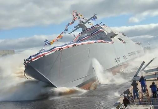 Новейший американский корабль едва не перевернулся при спуске на воду