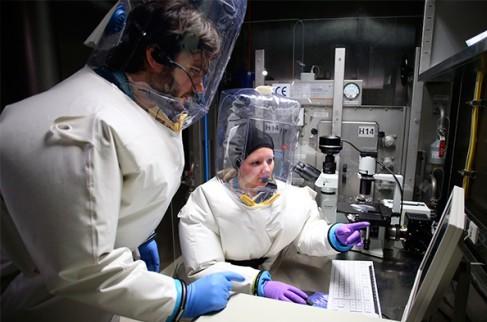 Медсёстрам в США не давали защитные костюмы при работе с больным Эболой