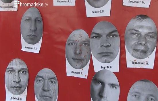 Жители Киева закидали депутатов помидорами