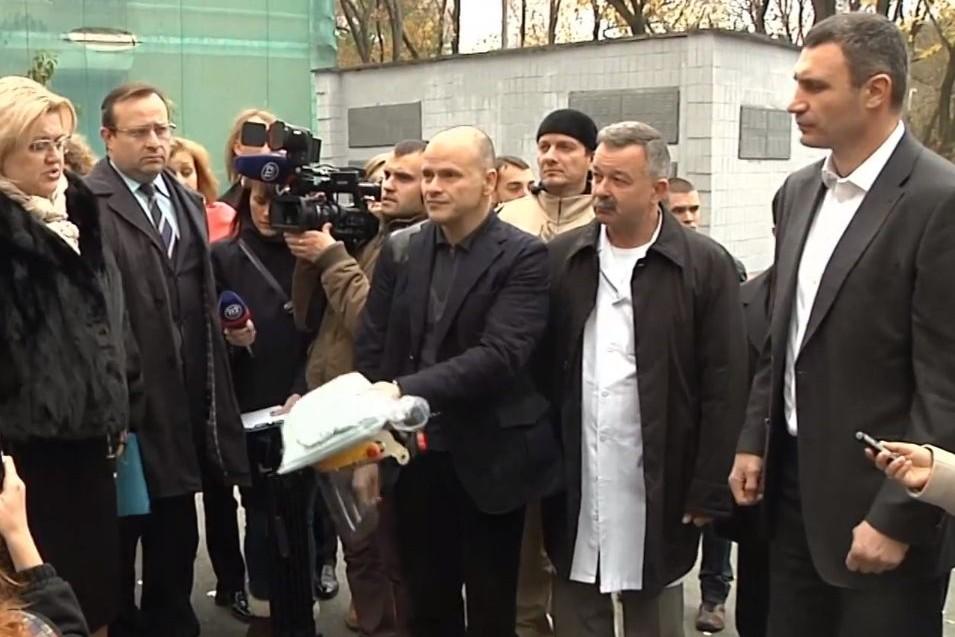 Киевские медики показали Кличко, куда будут доставлять больных лихорадкой Эбола