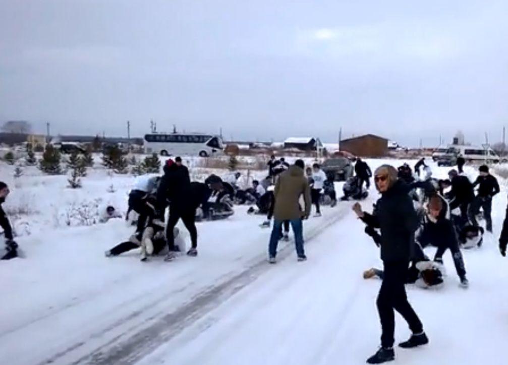 Футбольные фанаты устроили побоище на трассе между Екатеринбургом и Челябинском
