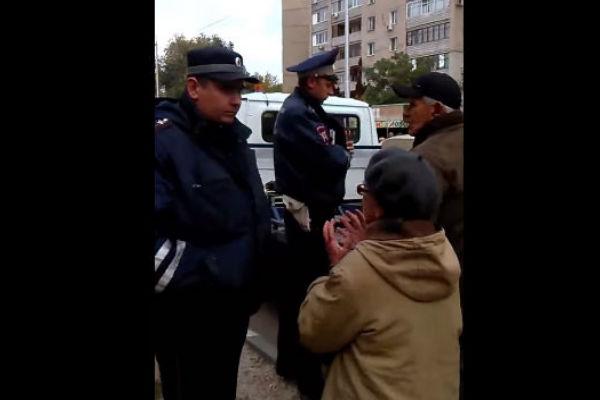 В Саратове люди не дали эвакуаторам забрать машину стариков