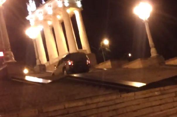 ГИБДД ищет лихача, забравшегося на 500-метровую лестницу на машине. ВИДЕО