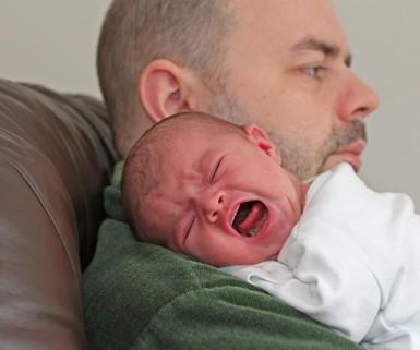 10-месячный малыш провел рядом с умершим отцом трое суток
