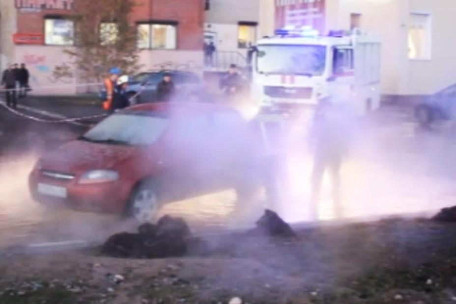 Автомобиль рухнул в кипяток в Петербурге
