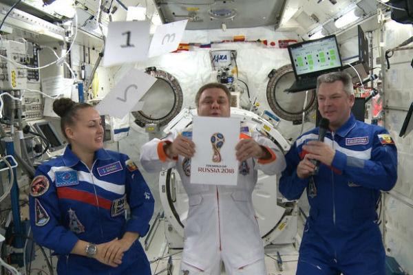 Эмблему ЧМ-2018 по футболу презентовали космонавты МКС