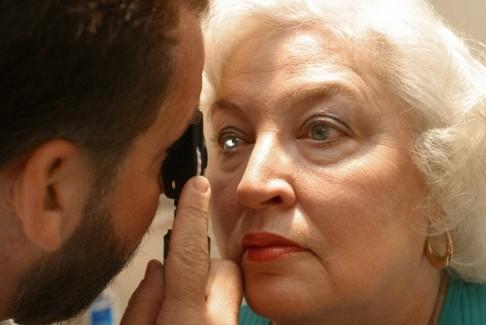 Пожилых людей вылечат от слепоты с помощью стволовых клеток