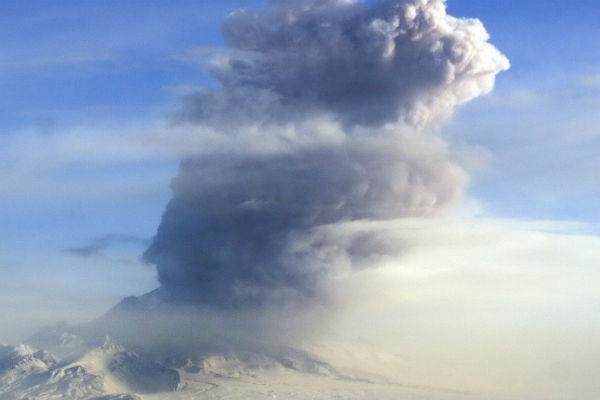 9-километровый стоб пепла выбросил вулкан Шивелуч на Камчатке