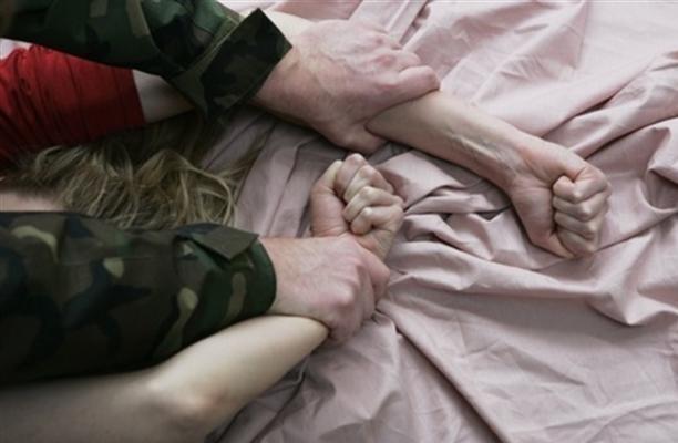 В Тюмени мужчины изнасиловали женщину, которую хотели защитить