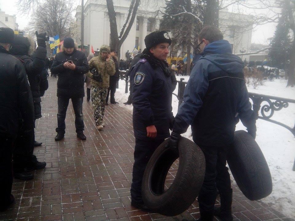 Активисты притащили под Раду покрышки