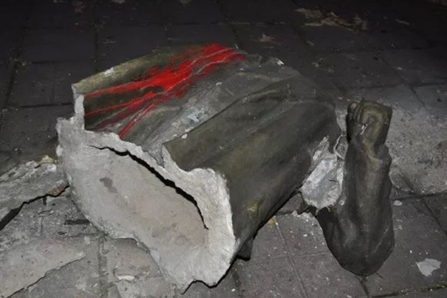 Памятник Ленину снесли в Запорожье