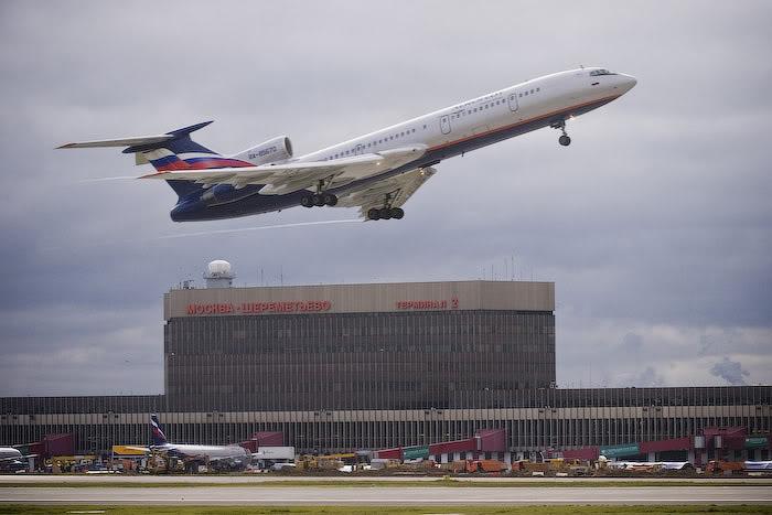 В Шереметьево из-за проблем с двигателем сел самолет