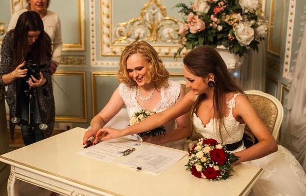 Двух женщин поженили в Петербурге