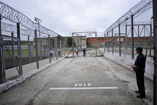 В копейской ИК-6 заключенные массово порезали себе руки