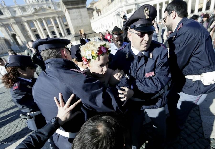 Обнаженные украинки опустились на колени в Ватикане