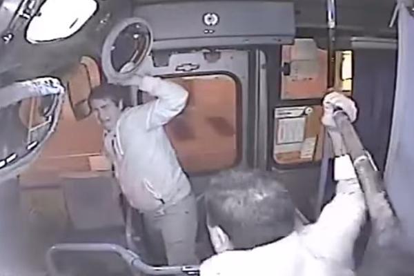Жестокое наказание вора женской сумки стало хитом YouTube