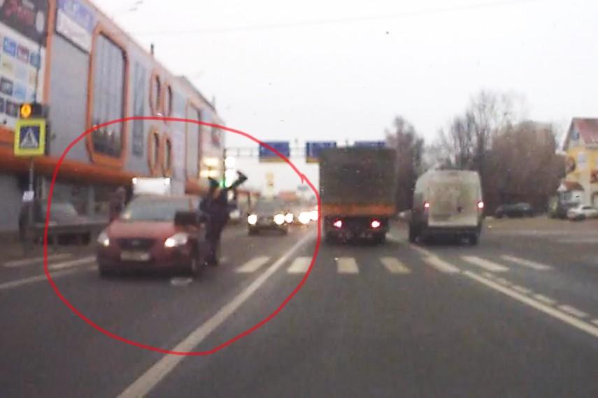 В Новой Москве водитель сбил на переходе школьницу и скрылся