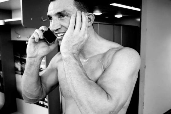 Кличко выложили видео из раздевалки Владимира, снятое перед поединком с Пулевым