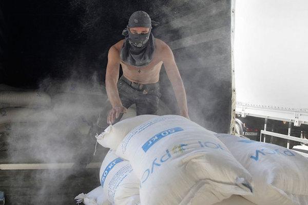 В Донбассе разгружают седьмой гуманитарный конвой из России
