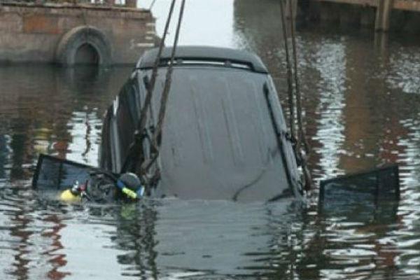 В центре Москвы в Яузу упал автомобиль