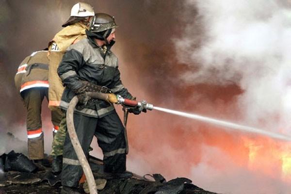 Здание в центре Москвы окутано пламенем