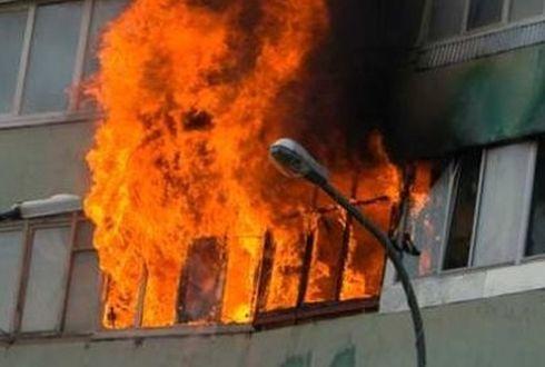 Из-за пожара в доме эвакуировано свыше 100 человек, погибло 2 ребенка