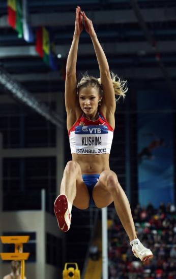 Сексуальная спортцменка по прышкам в длину