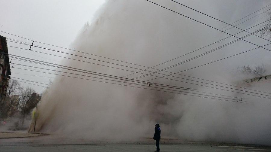 В Самаре разверзлась земля, бьет фонтан высотой с 5-этажный дом