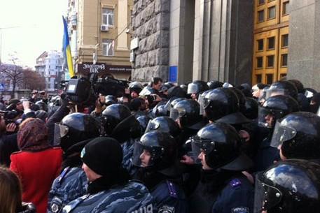 Активисты штурмуют горсовет в Харькове