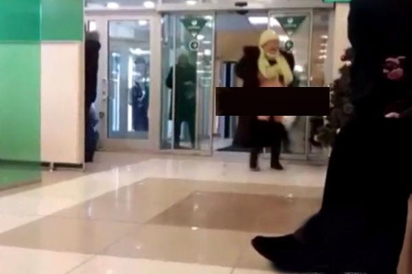 Бабушка показала свои гениталии работникам банка в Новосибирске