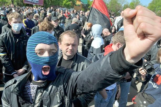 Поляки сшили для украинцев балаклавы