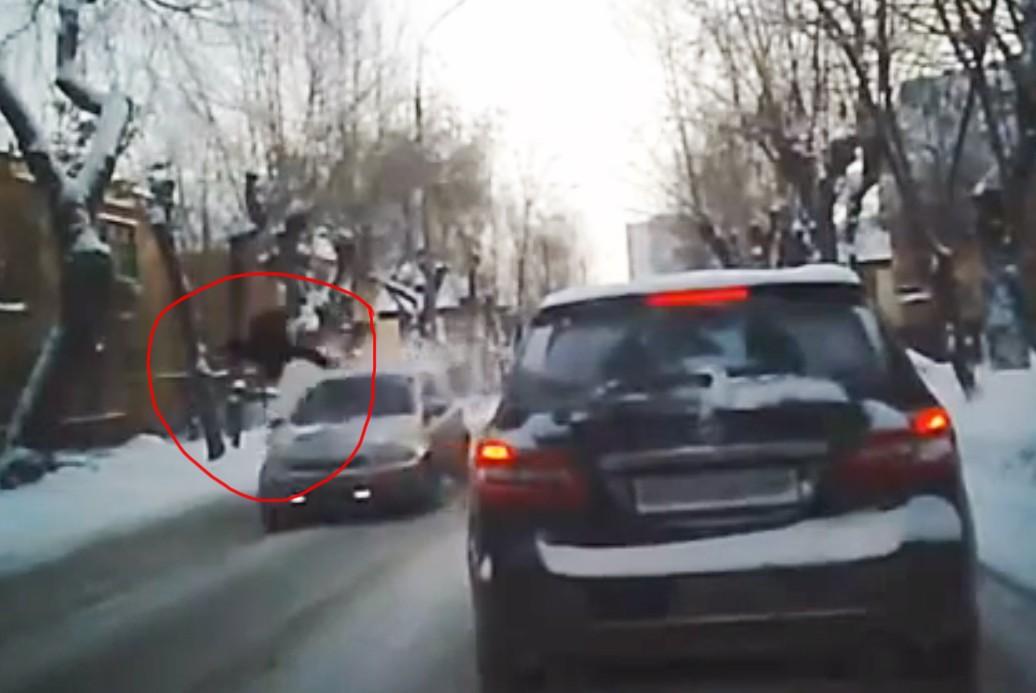 Школьник подлетел в воздух на несколько метров от удара автомобиля