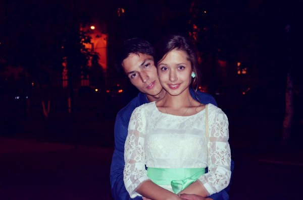 на фото: Слава с любимой девушкой Анной