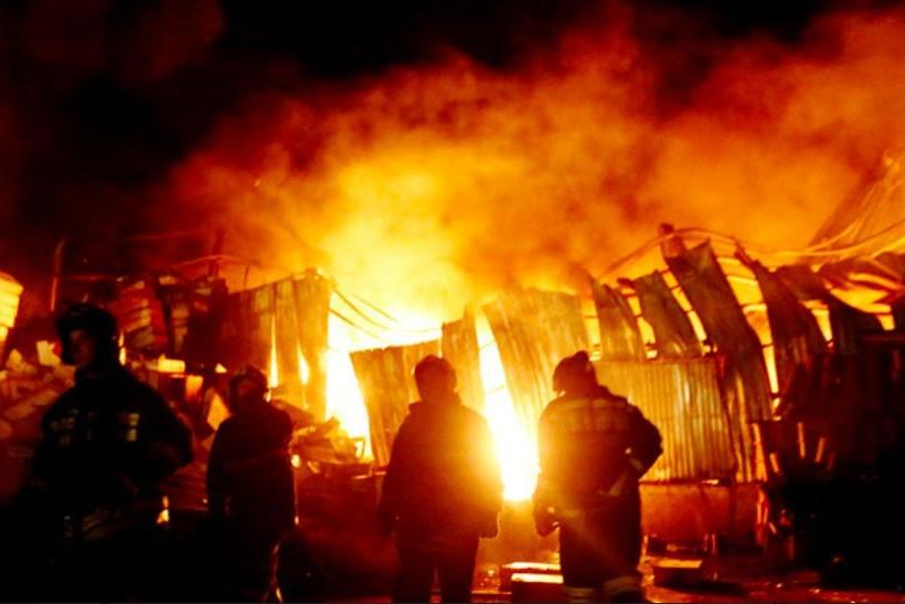 Сильный пожар уничтожил мебельную фабрику на юге Москвы