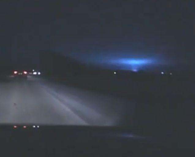 Жители Екатеринбурга испугались синих вспышек в небе