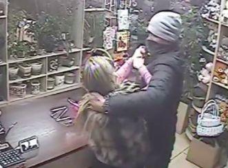 Камера наблюдения засняла разбойное нападение на цветочный ларек