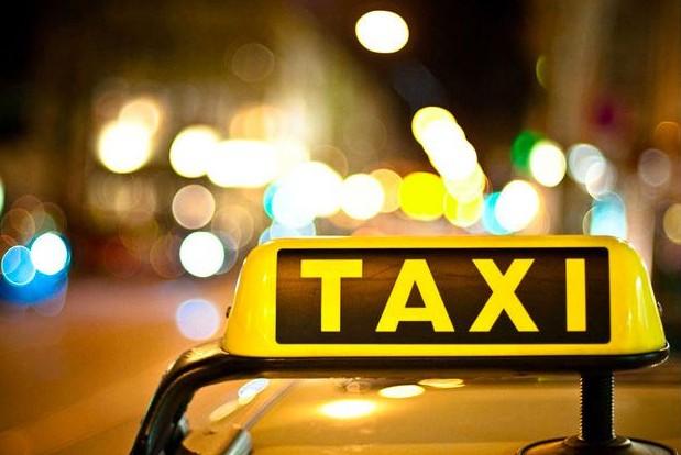 Девушка довела таксиста и он высадил ее на трассе