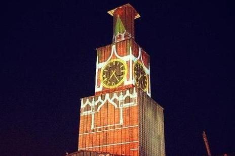 В Москве включили лазерную проекцию Спасской башни