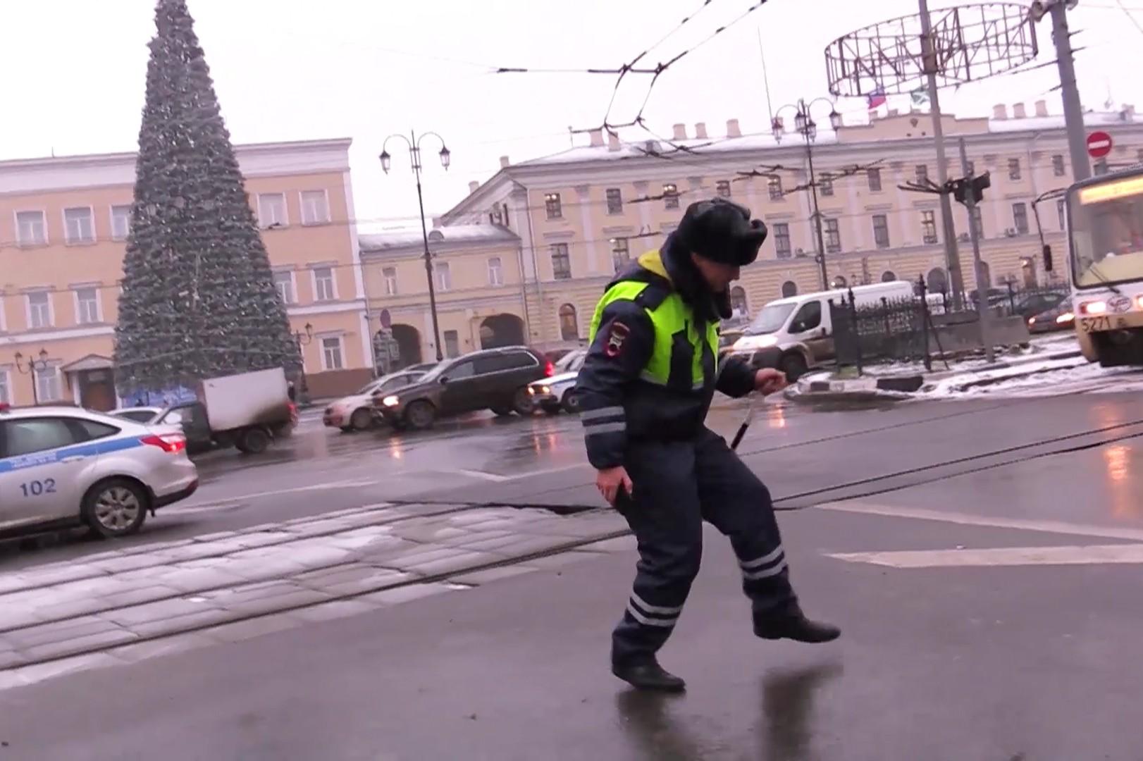 Видео с танцующим полицейским оказалось вирусным роликом МВД к Новому году