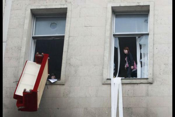 В Башкирии на мужчину из окна упал диван